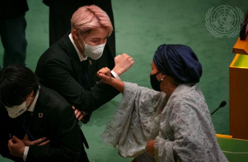 J-Hope cumprimentando Secretária-Geral Adjunta das Nações Unidas, Amina J Mohammed.