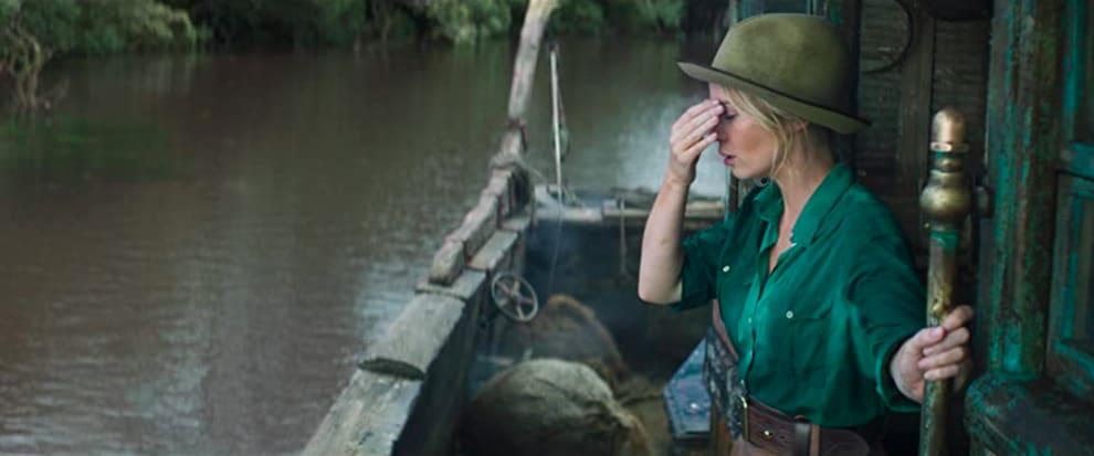 Personagem de Emily blunt em um rio, com a mão cobrindo o rosto e cara de enjoada