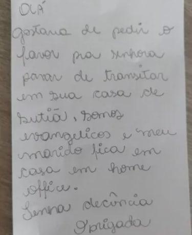 """Foto de bilhete com o  escrito: """"Olá, gostaria de pedir para a senhora parar de transitar em sua casa de sutiã, somos evangélicos e meu marido fica em casa em home office. Tenha decência. Obrigada"""""""