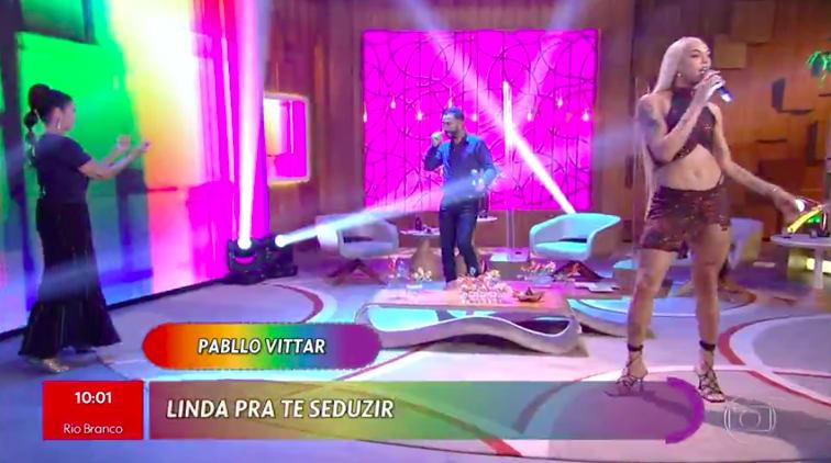 """Pabllo no encontro com Fátima Bernardes. Um letreiro, exibido no programa, mostra a letra. E estão os dizeres """"Linda pra te seduzir"""", omitindo o """"de calcinha""""."""