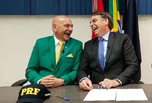 Bolsonaro e Hang rindo