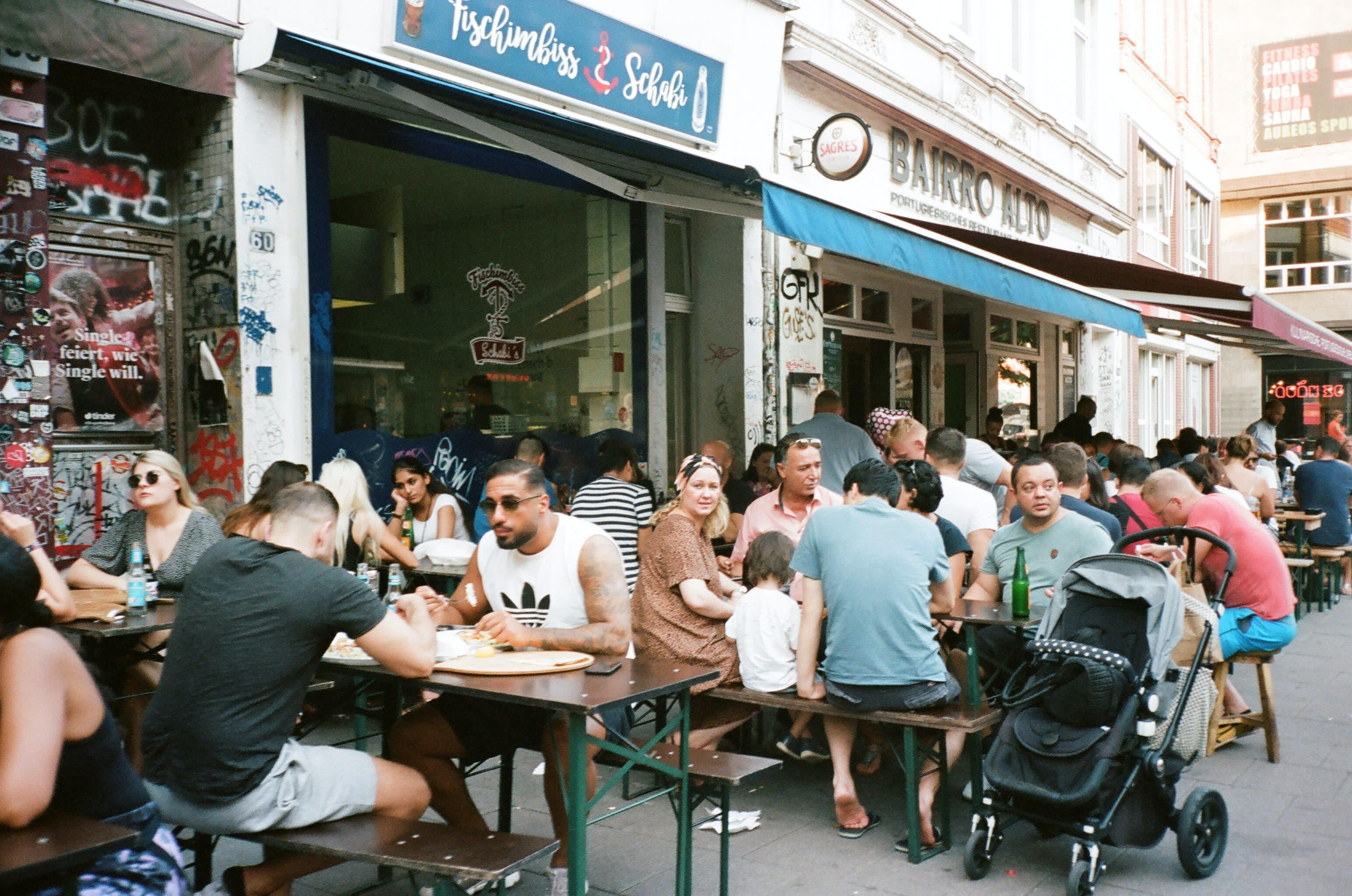 Pessoas em um restaurante lotado