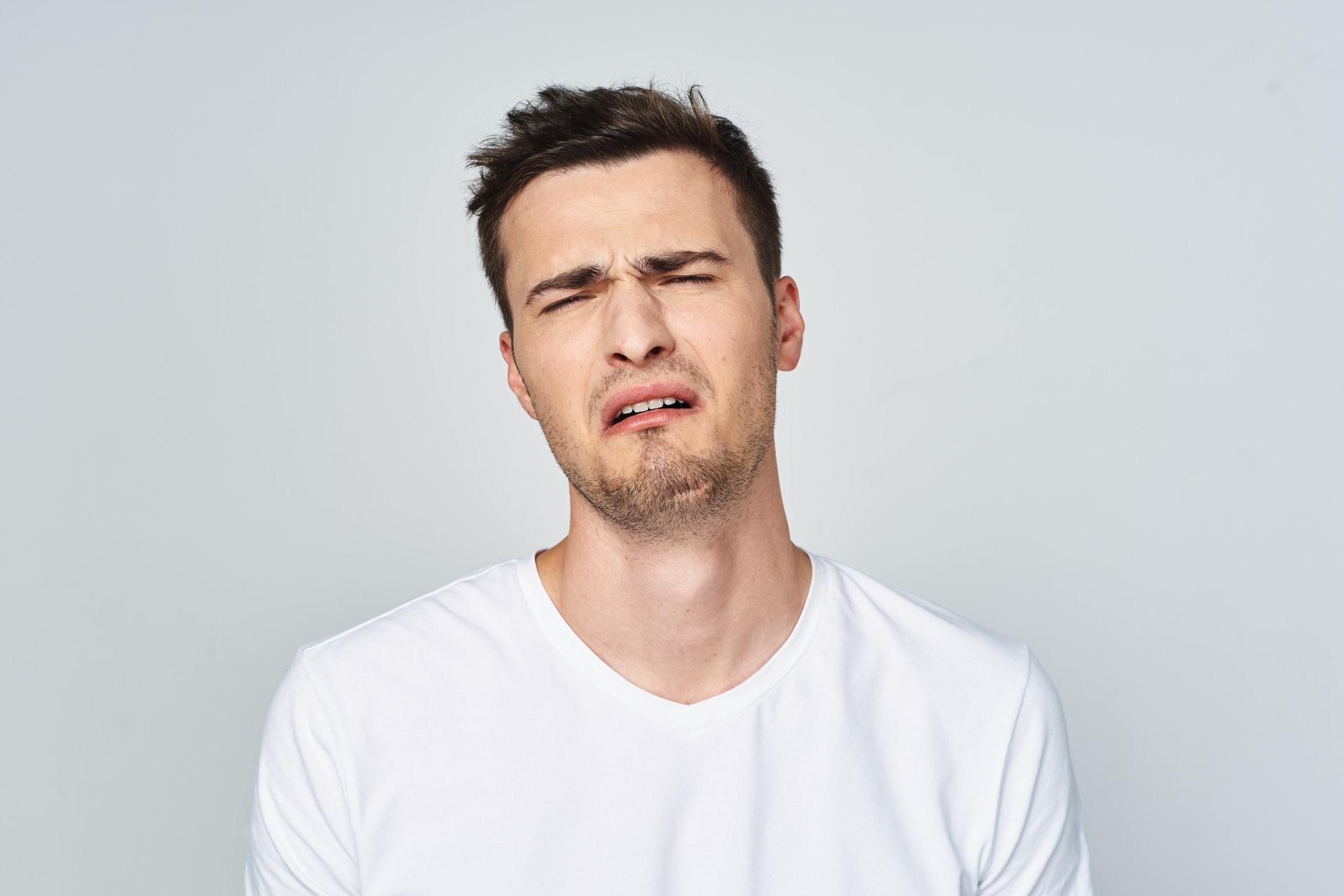 Homem com expressão de choro.
