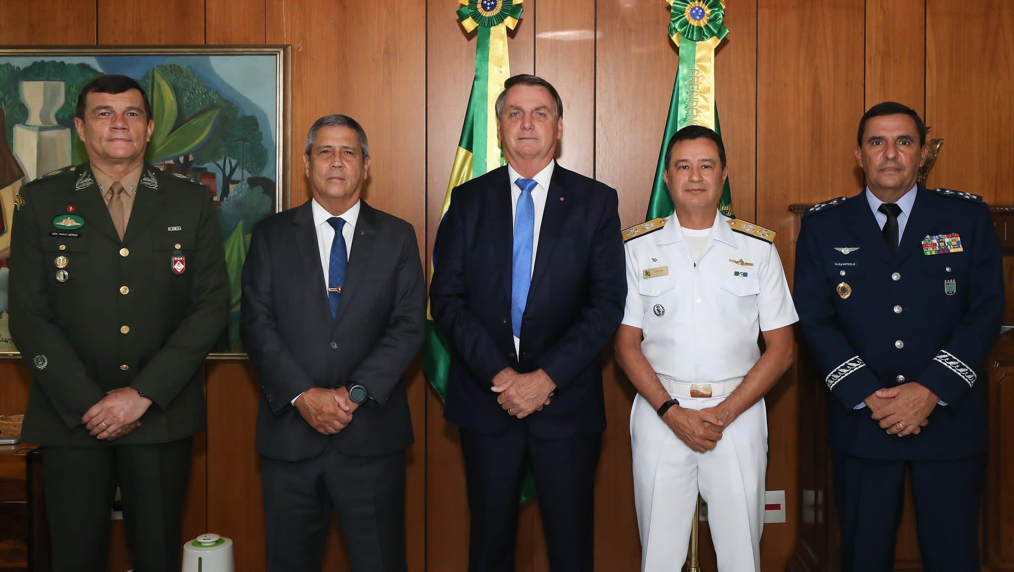 Bolsonaro com os comandantes das Forças Armadas o Almirante de Esquadra Almir Garnier Santos, o General de Exército Paulo Sergio Nogueira e o Tenente Brigadeiro do Ar Carlos de Almeida Baptista Junior.