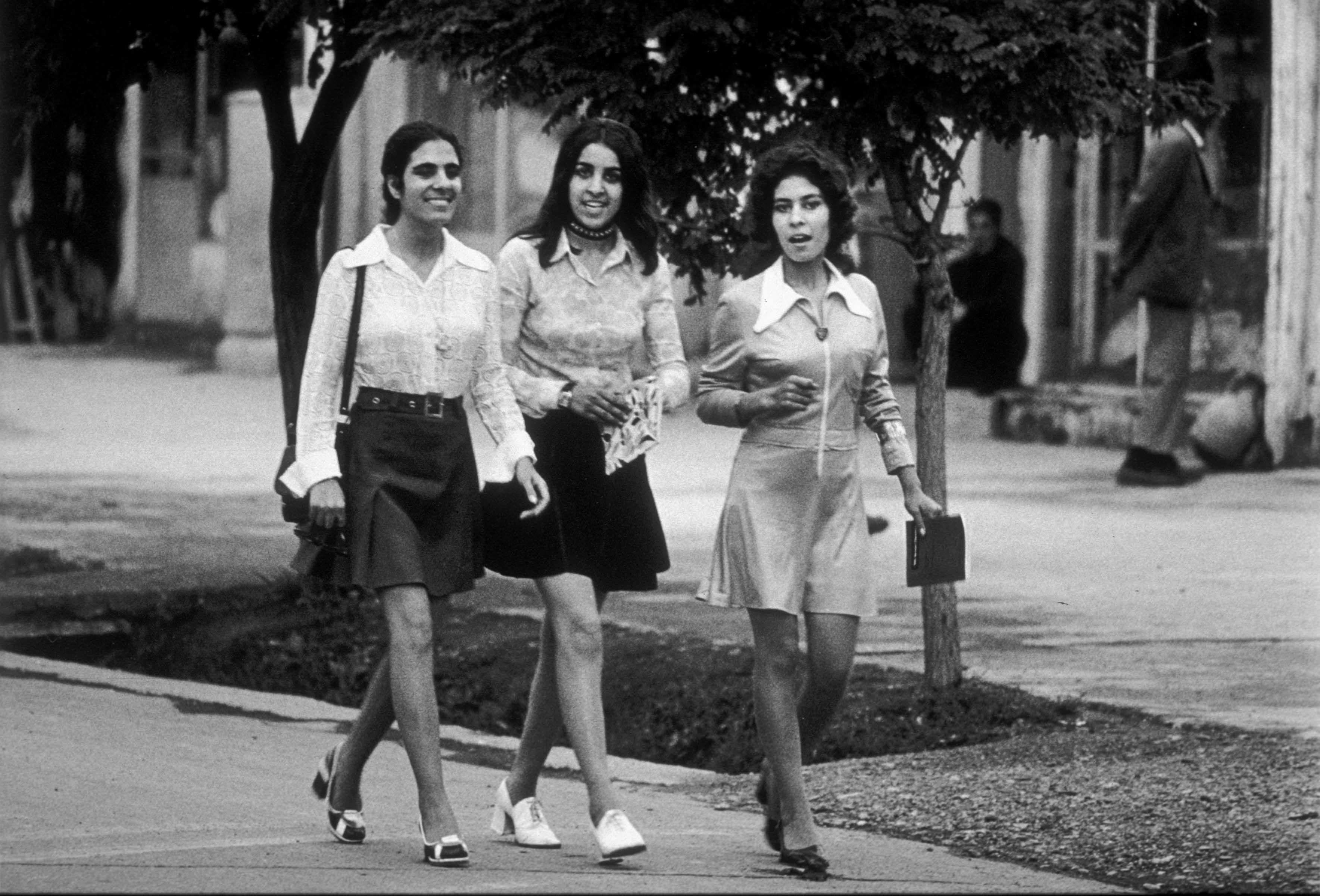 Mulheres andando de mini-saia em Kabul, capital do Afeganistão, no ano de 1972.