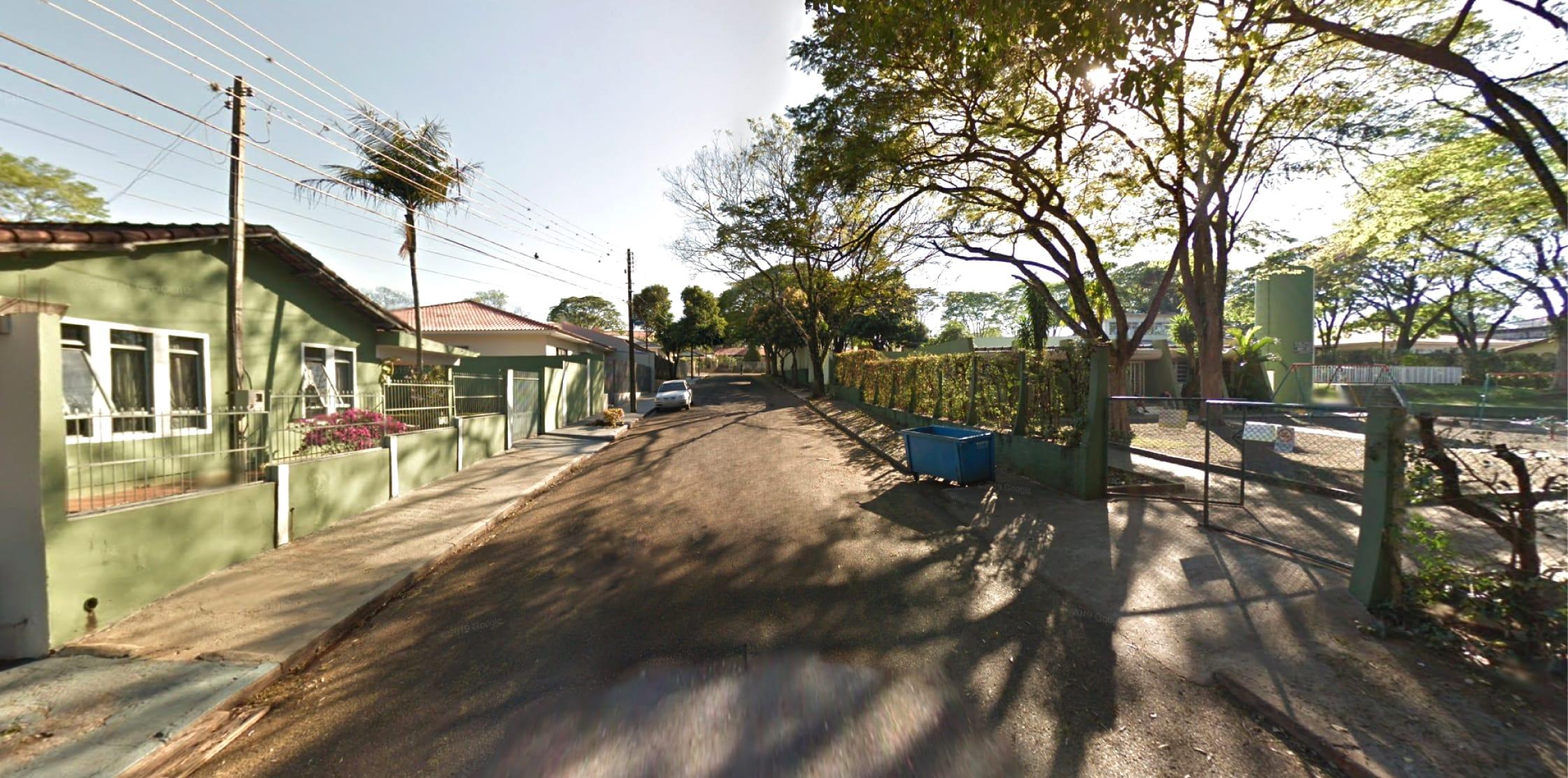 Rua com casinhas e árvores