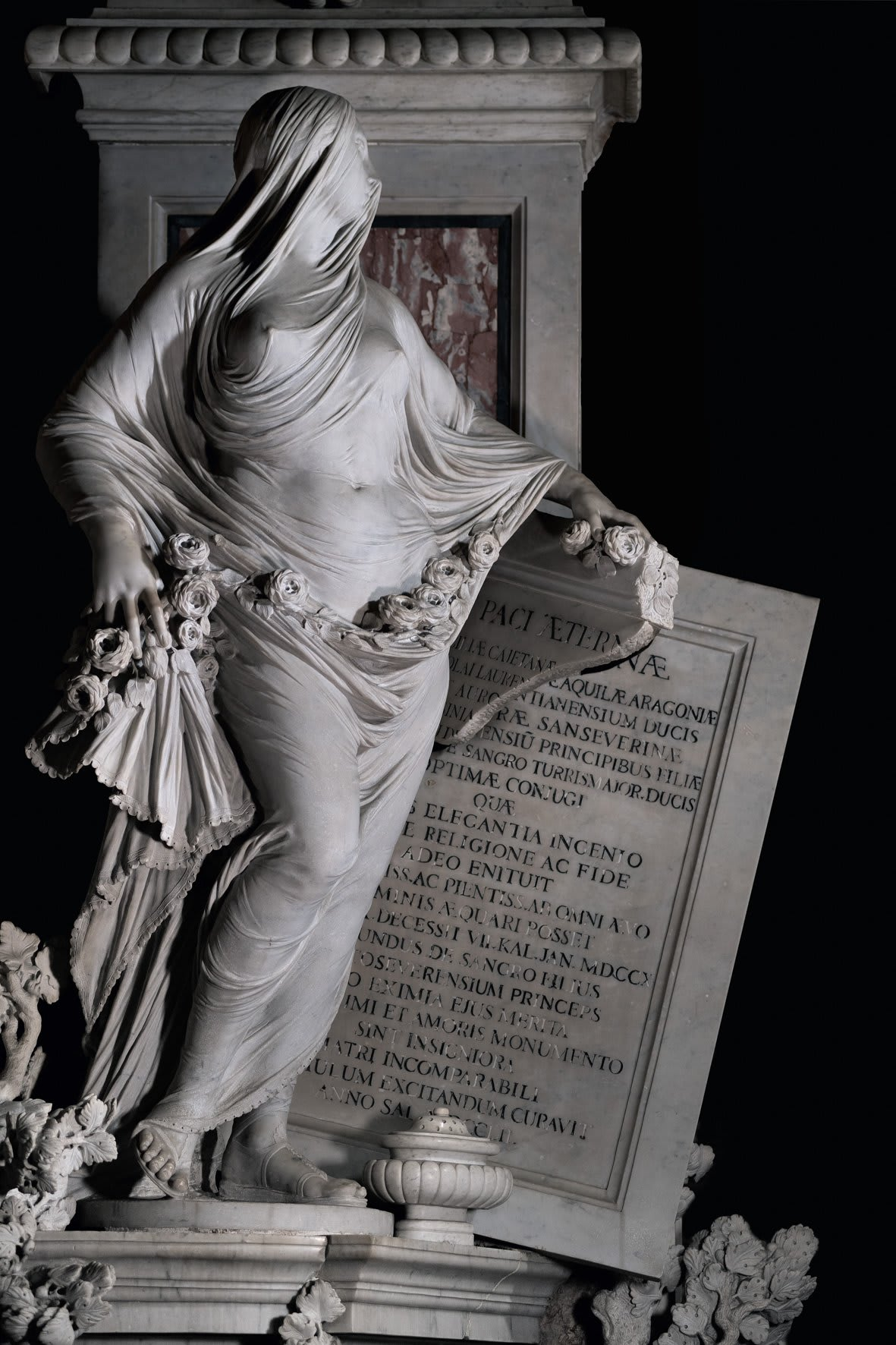 Mais uma vez uma mulher nuca coberta dos pés à cabeça com o que parece ser um véu. Desta vez, a obra tem mais detalhes, parecendo ainda mais real.