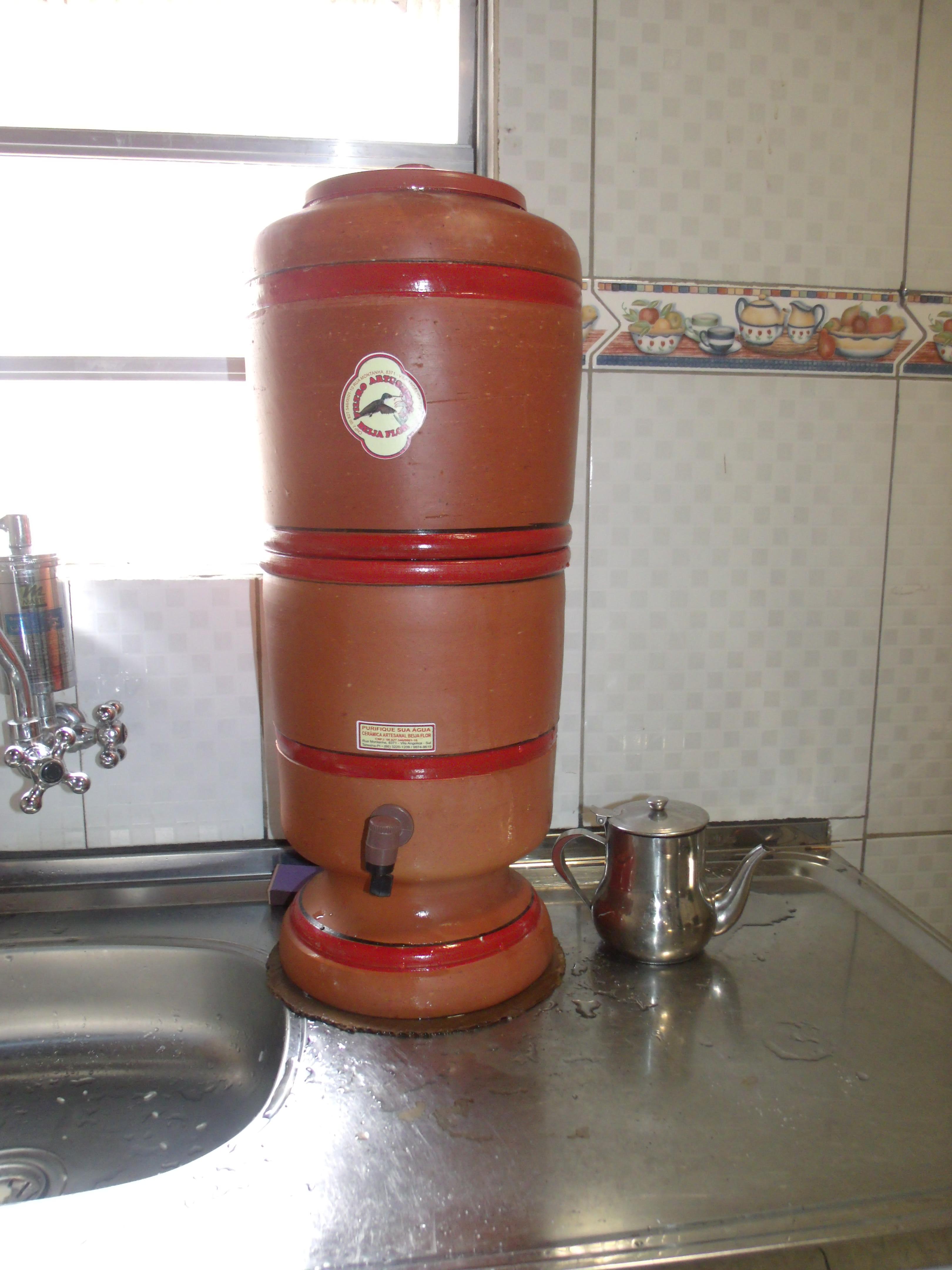 Um filtro de barro em cima de um pia