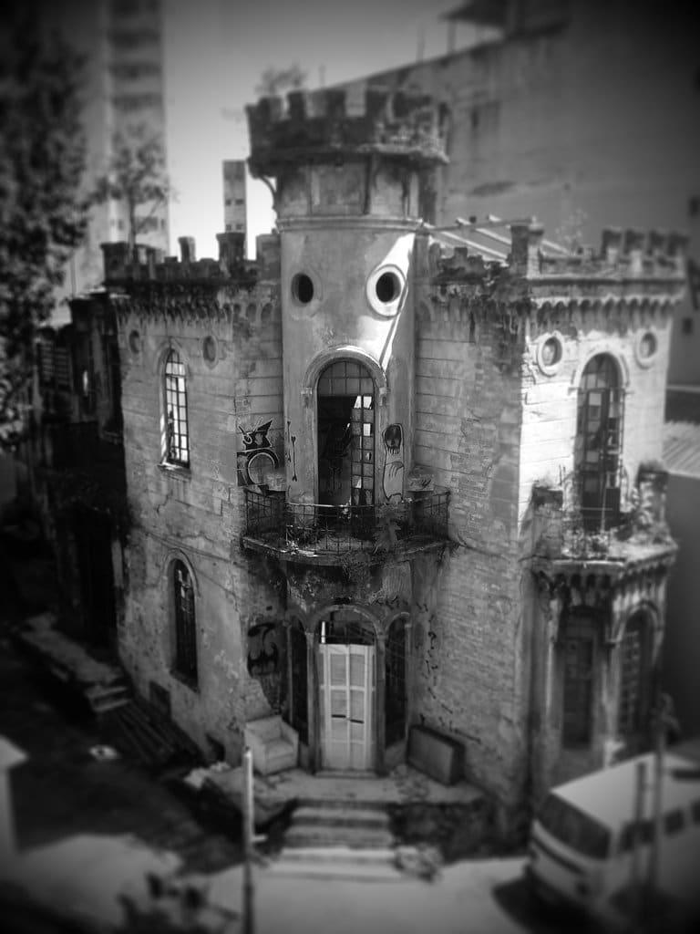 Foto, em preto e branco, do castelo