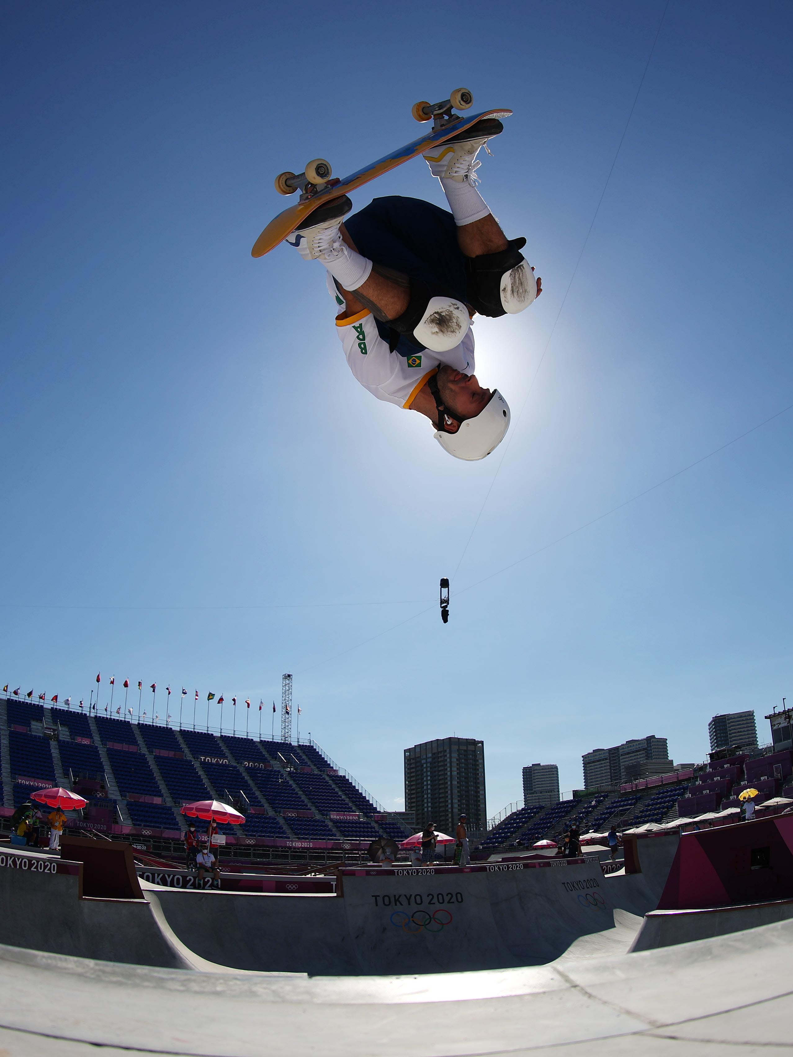 Pedro Barros, de ponta cabeça, fazendo uma manobra com o skate.