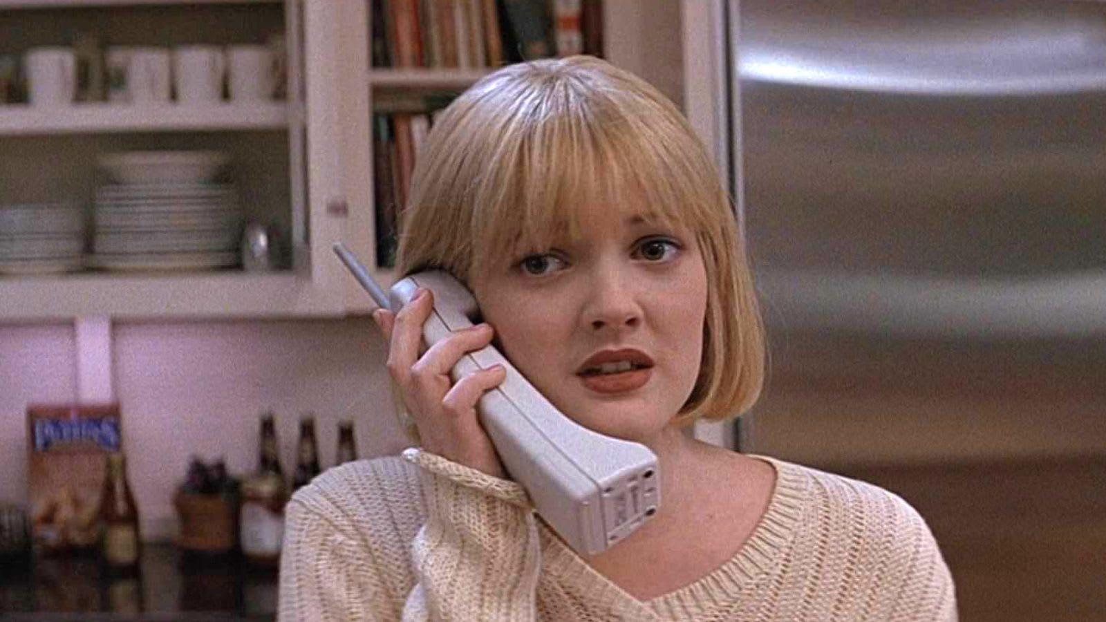 """Drew Barrymore assustada, falando ao telefone em """"Pânico"""""""