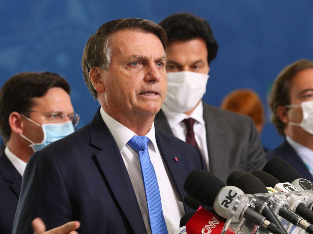 Bolsonaro dando entrevista