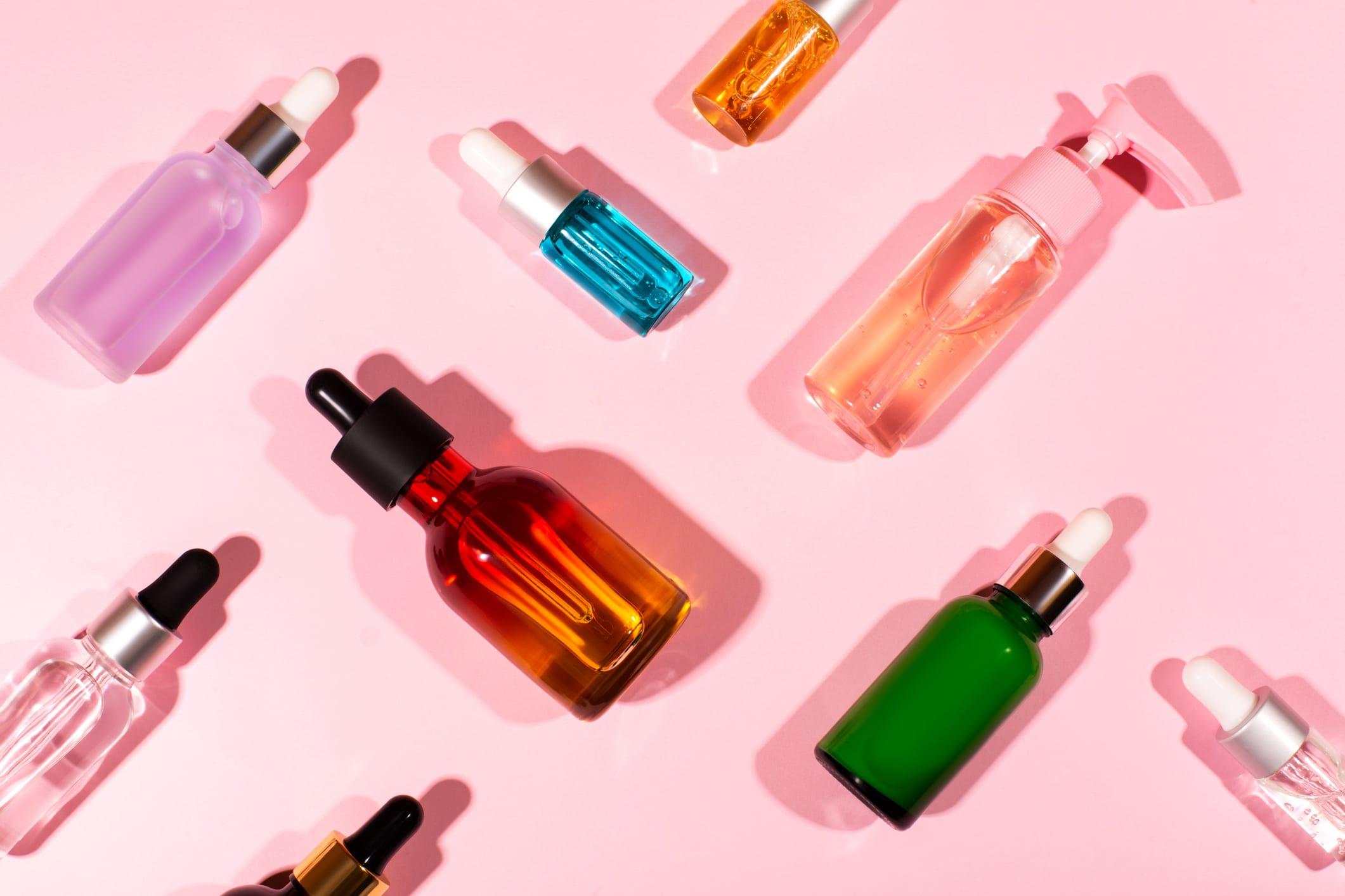 Vários frascos de produtos para skincare.