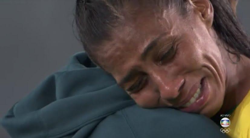 Jogadora chorando após ser eliminada na olimpíada
