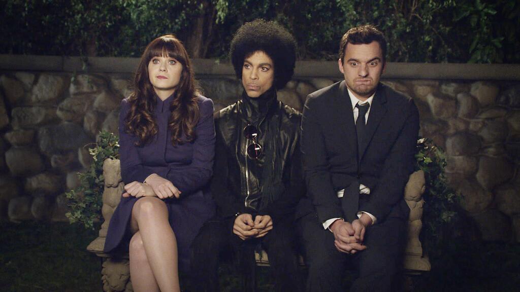 """Jess, Prince e Nick sentados um ao lado do outro desconfortavelmente em cena da série """"New Girl"""""""