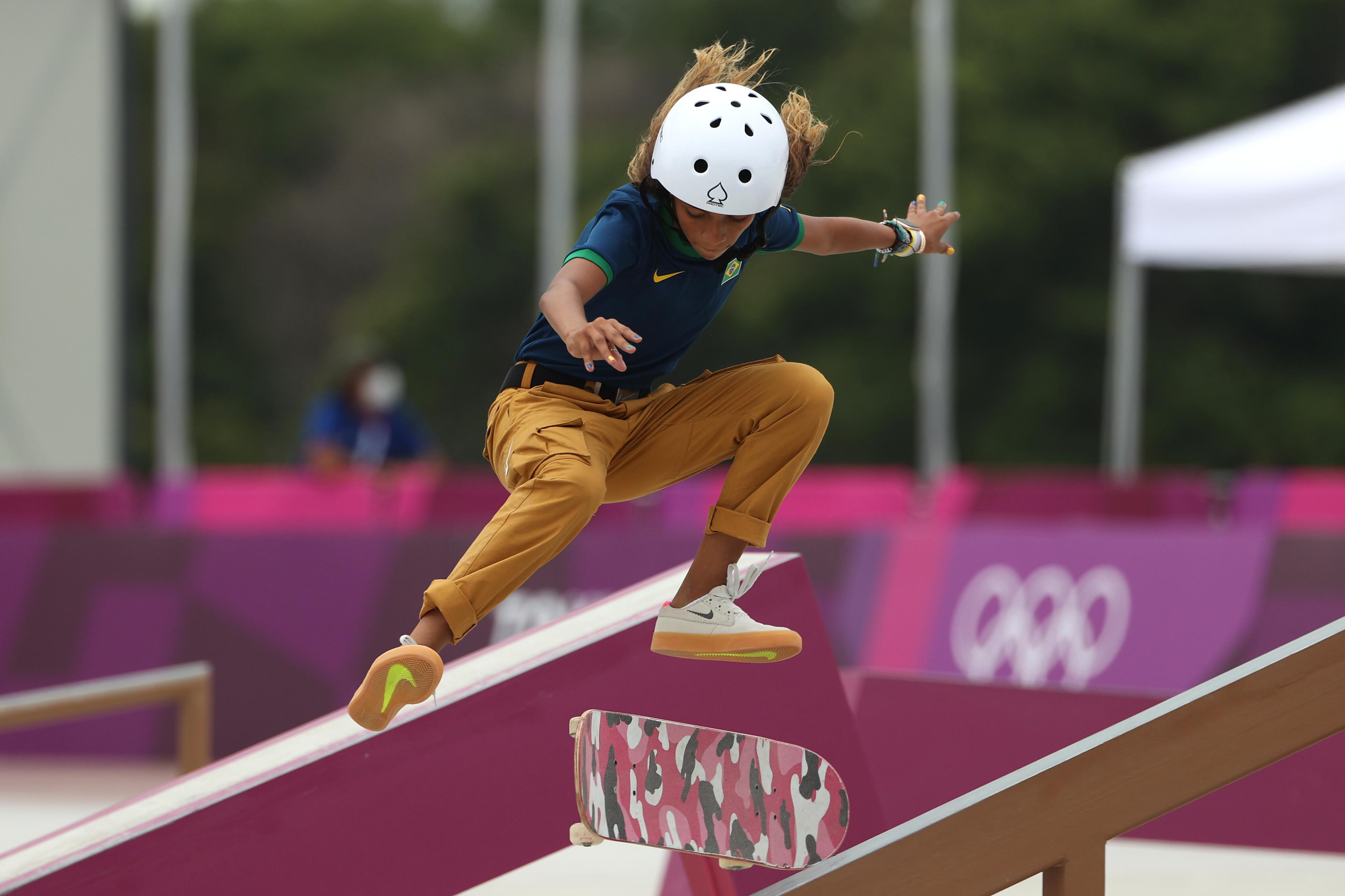 Rayssa descendo um corrimão de skate enquanto faz ele girar 360 graus no próprio eixo.