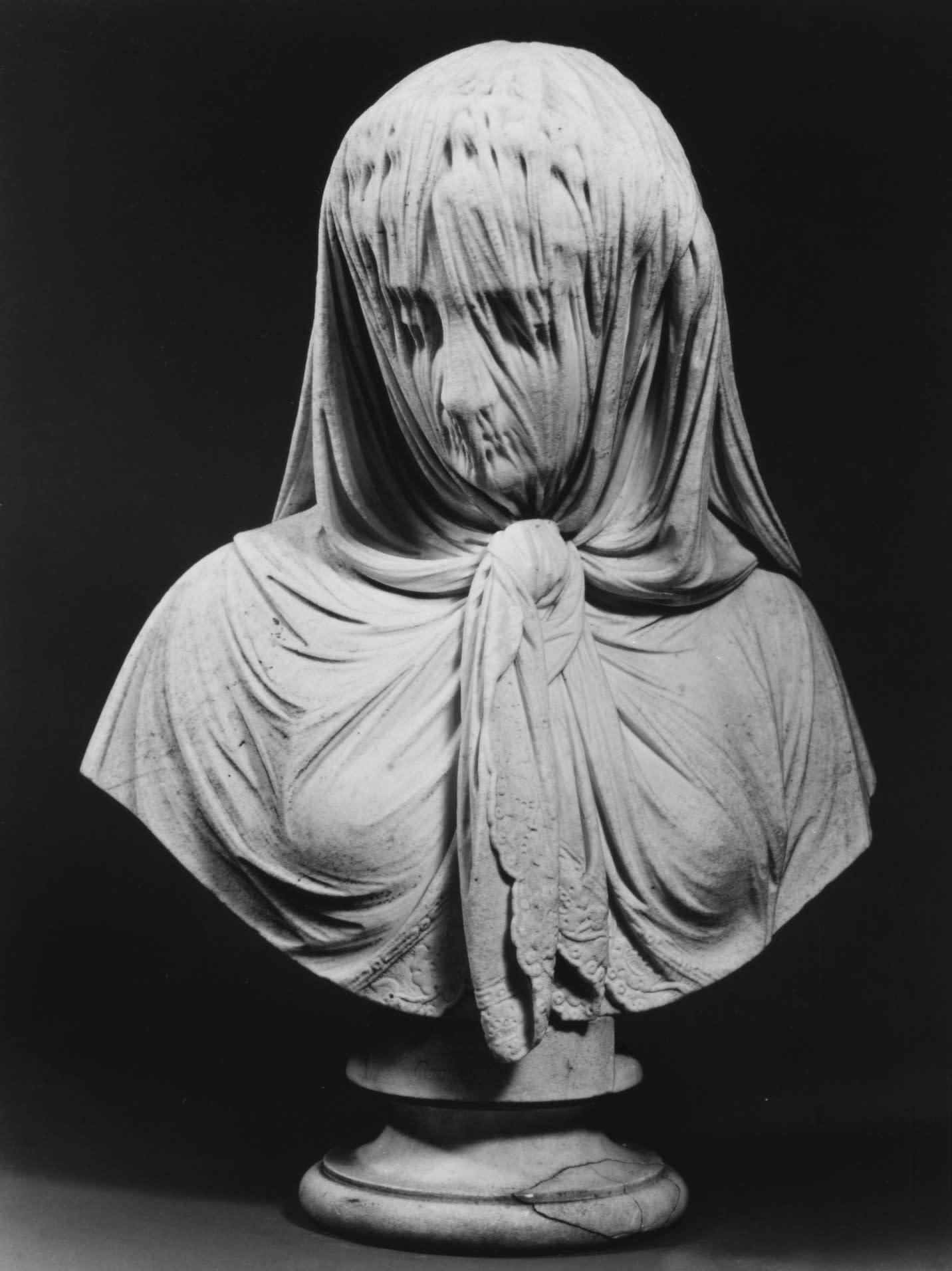Outro busto de uma mulher que parece coberta por um véu.