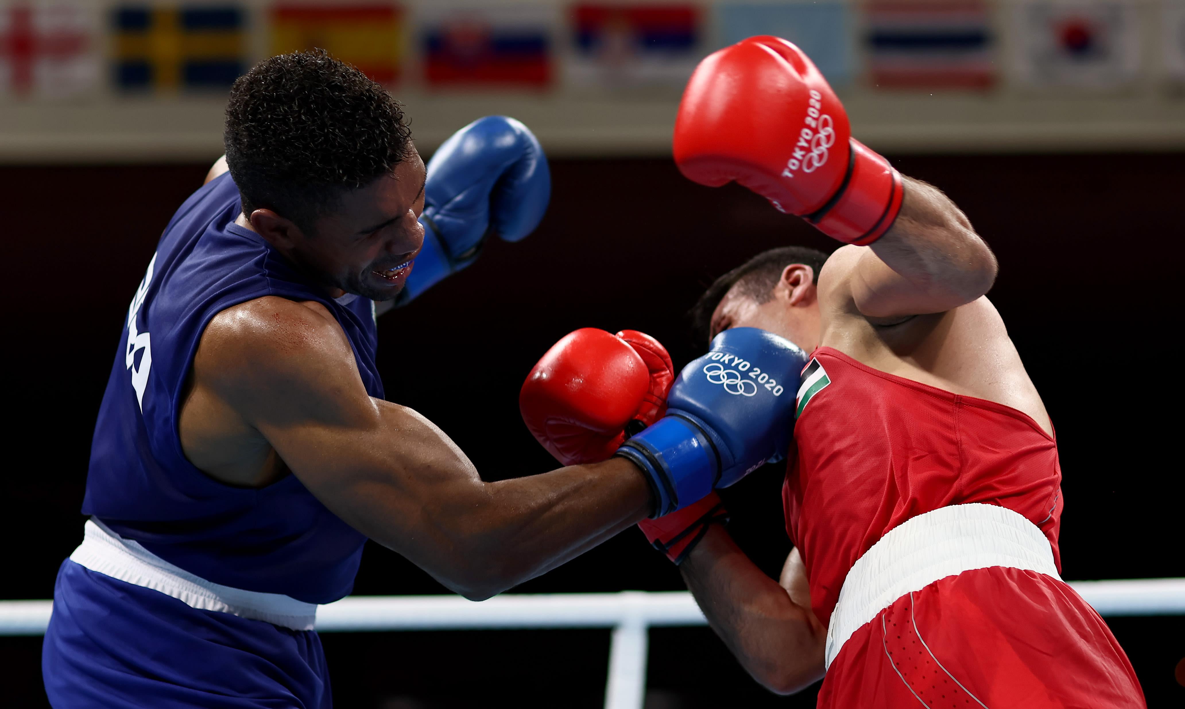 Abner socando a cara do lutador da Jordânia.