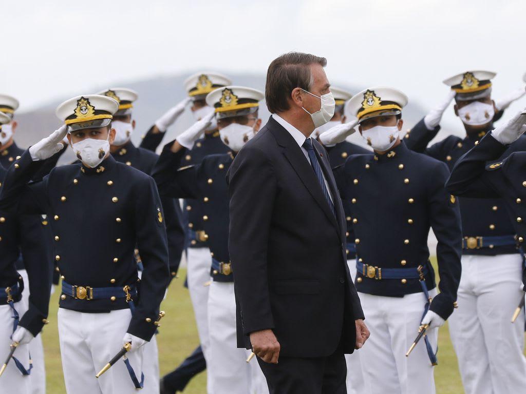Bolsonaro, participa da cerimônia de juramento à bandeira e entrega de Espadins da turma Almirante Bosisio na Escola Naval