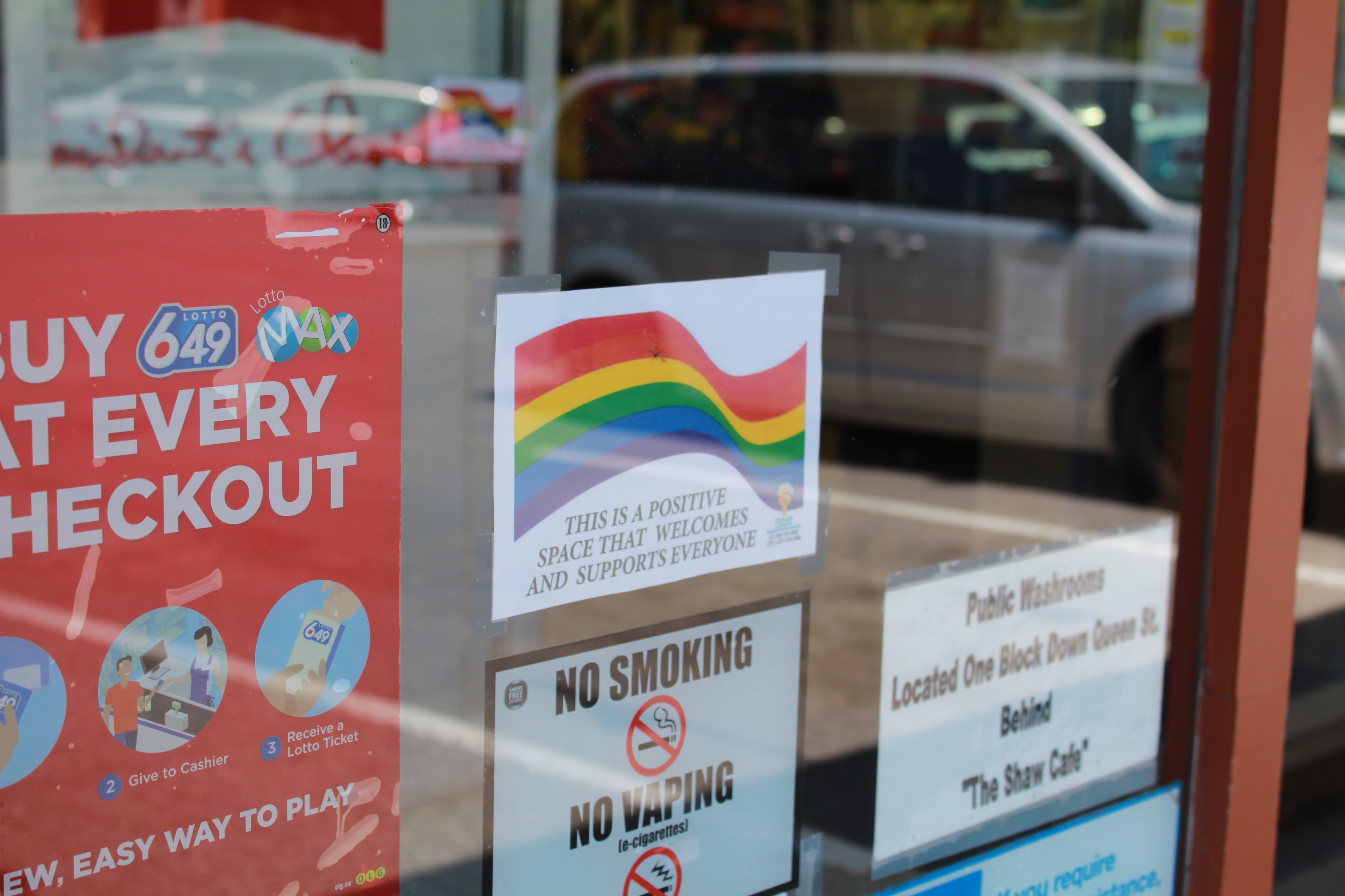 Uma loja com um adesivo de arco íris