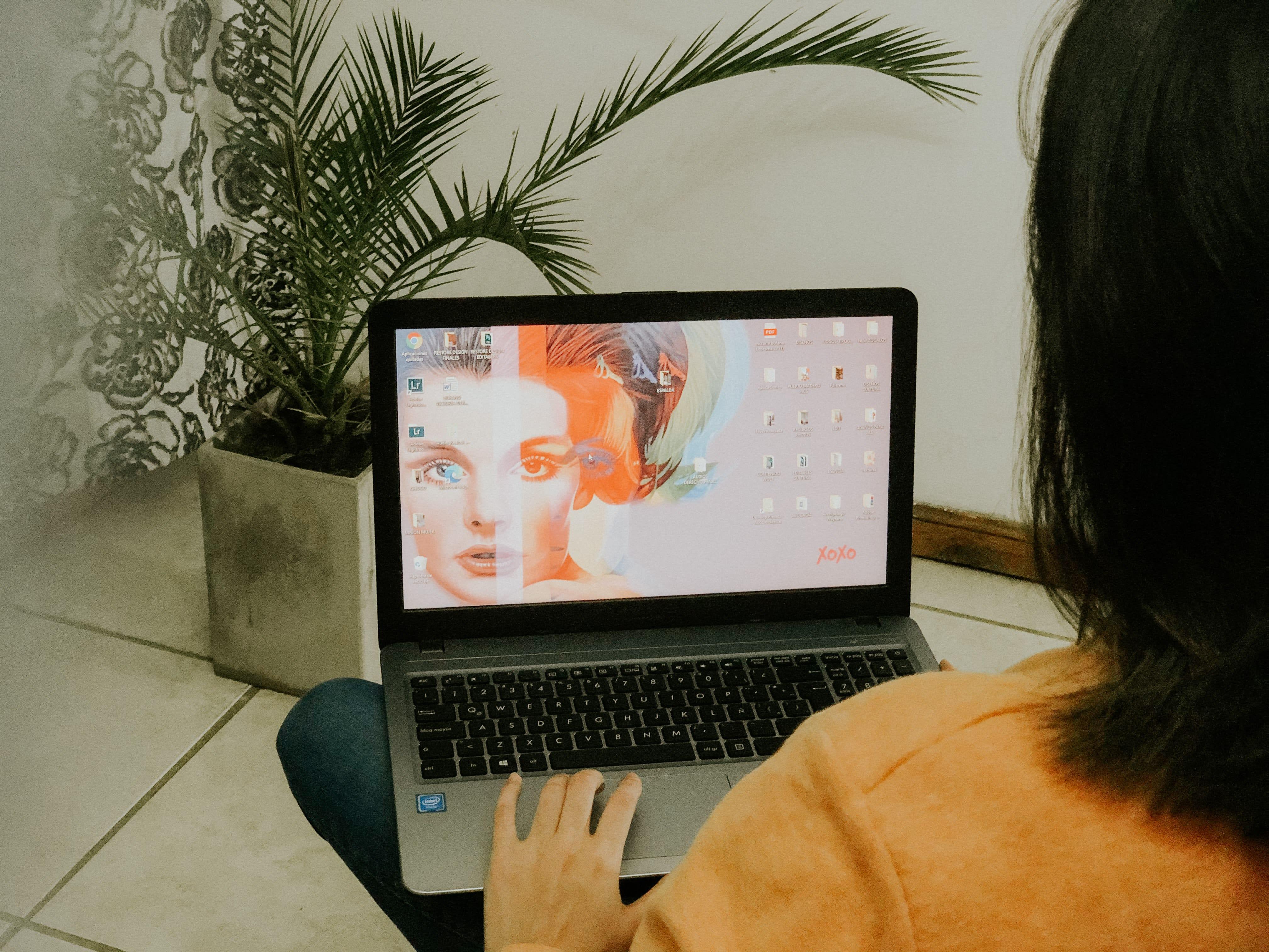 Menina branca usando computador
