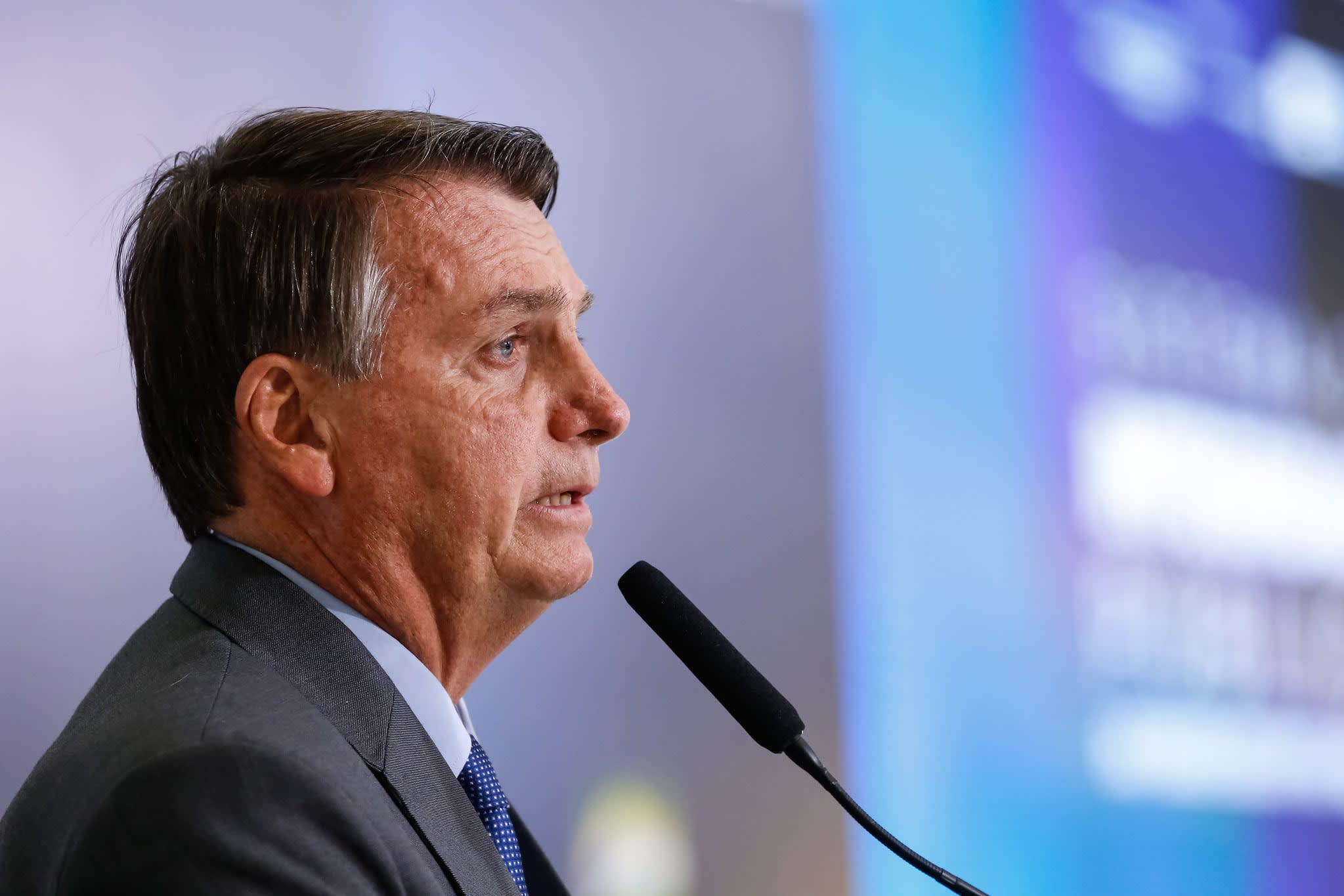 Bolsonaro falando no microfone.