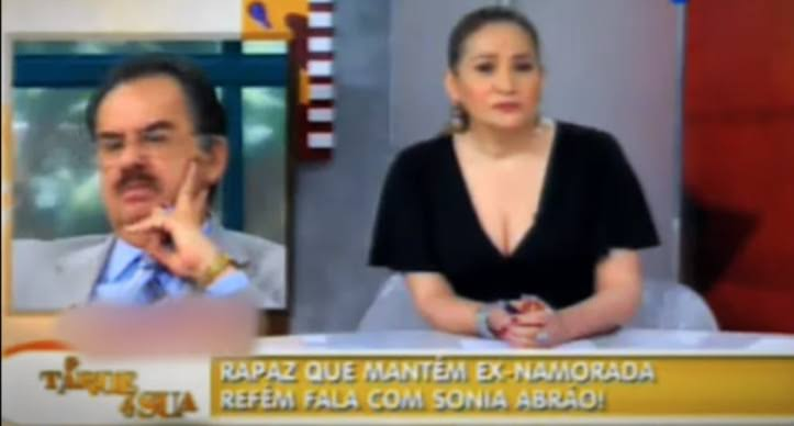 """Imagem do programa A Tarde É Sua onde se lê a legenda """"Rapaz que mantém ex-namorada refém fala com Sonia Abrão!"""""""