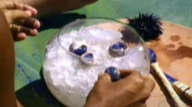 Um pote de vidro com gelo e olhos de cabra
