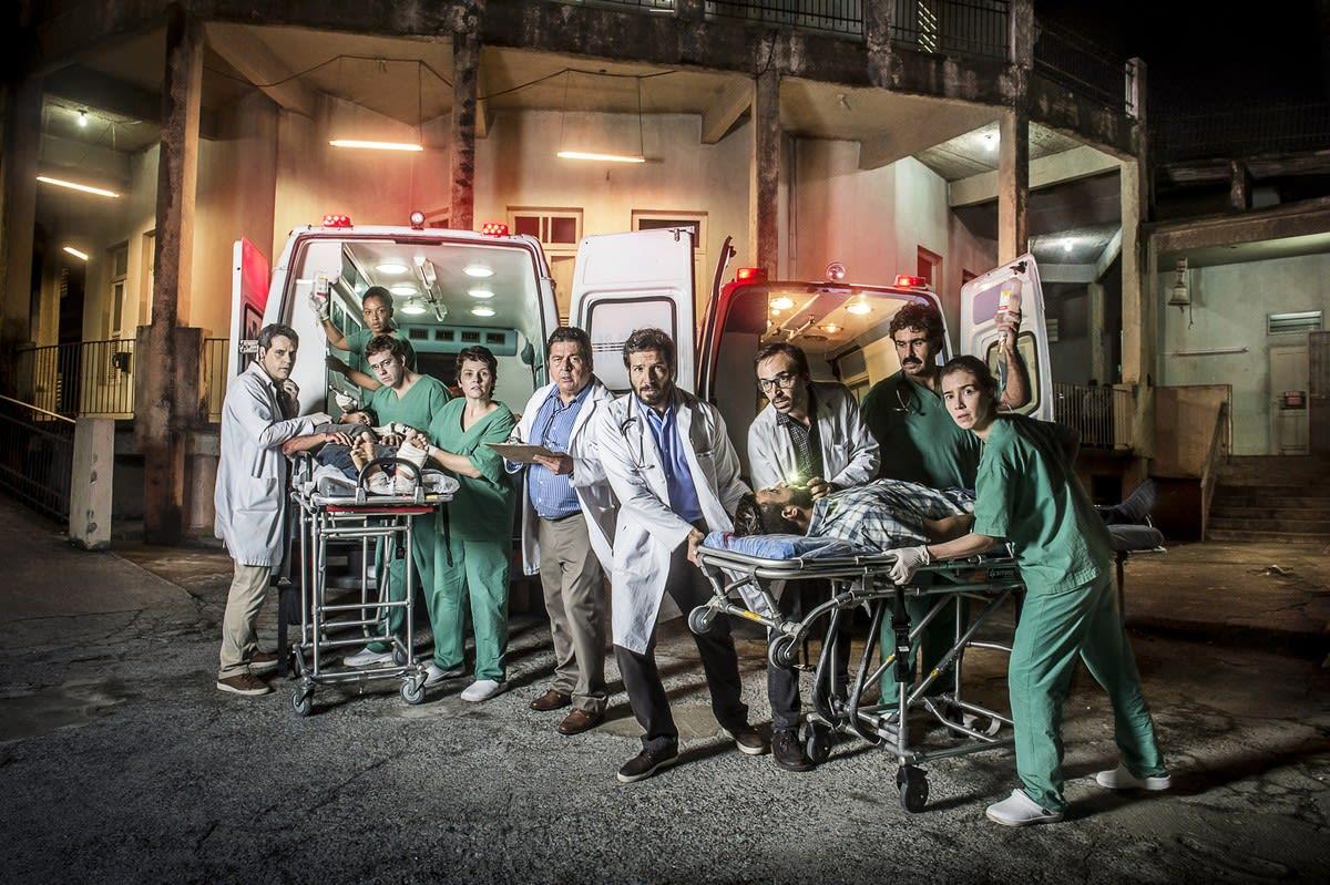 Personagens em frente a um hospital caindo aos pedaços