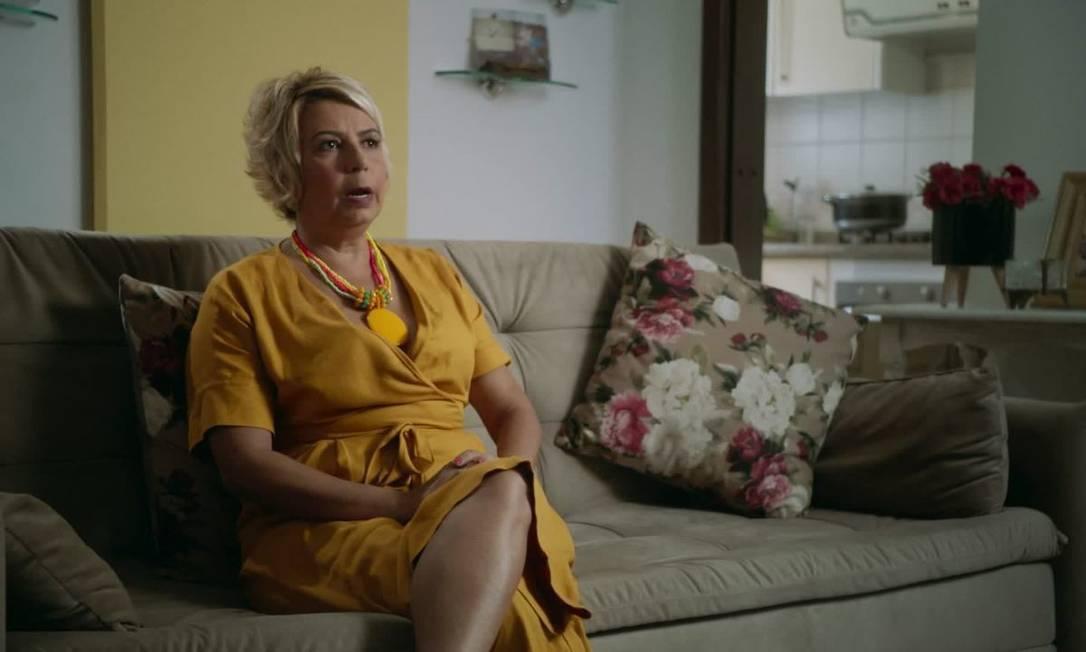 Beatriz Abagge dando entrevista para a série