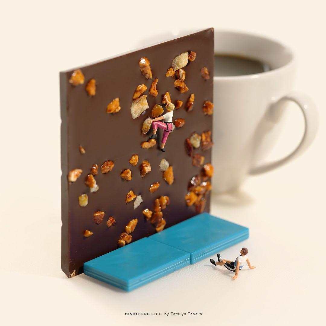 miniatura simula uma prova de escalada em uma barra de chocolate.