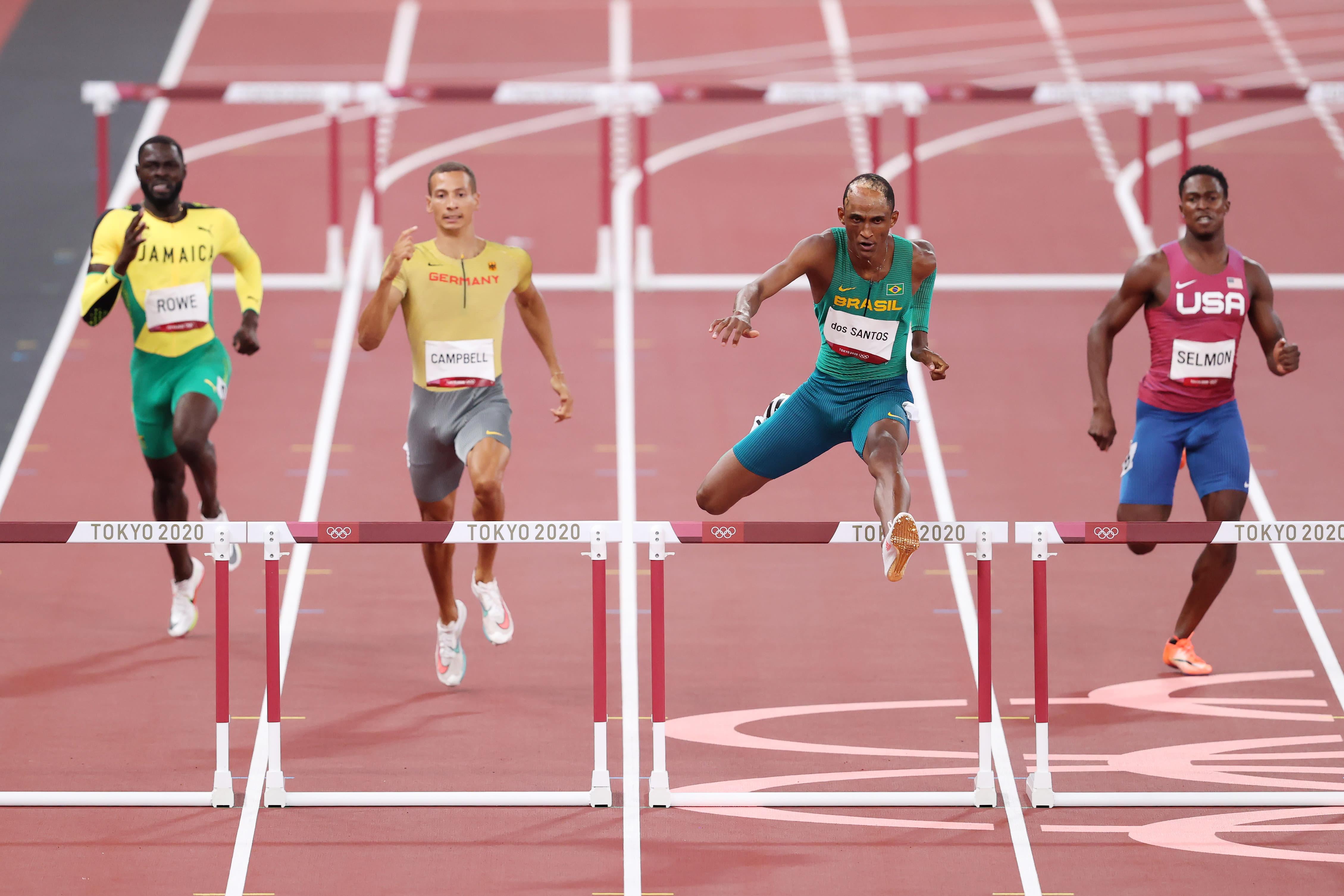 Alison dos Santos pulando barreira.