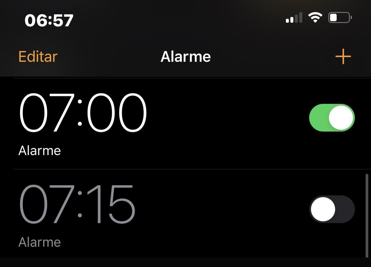 Print da tela de uma celular com dois horários pra despertar: 7:00 e 7:15