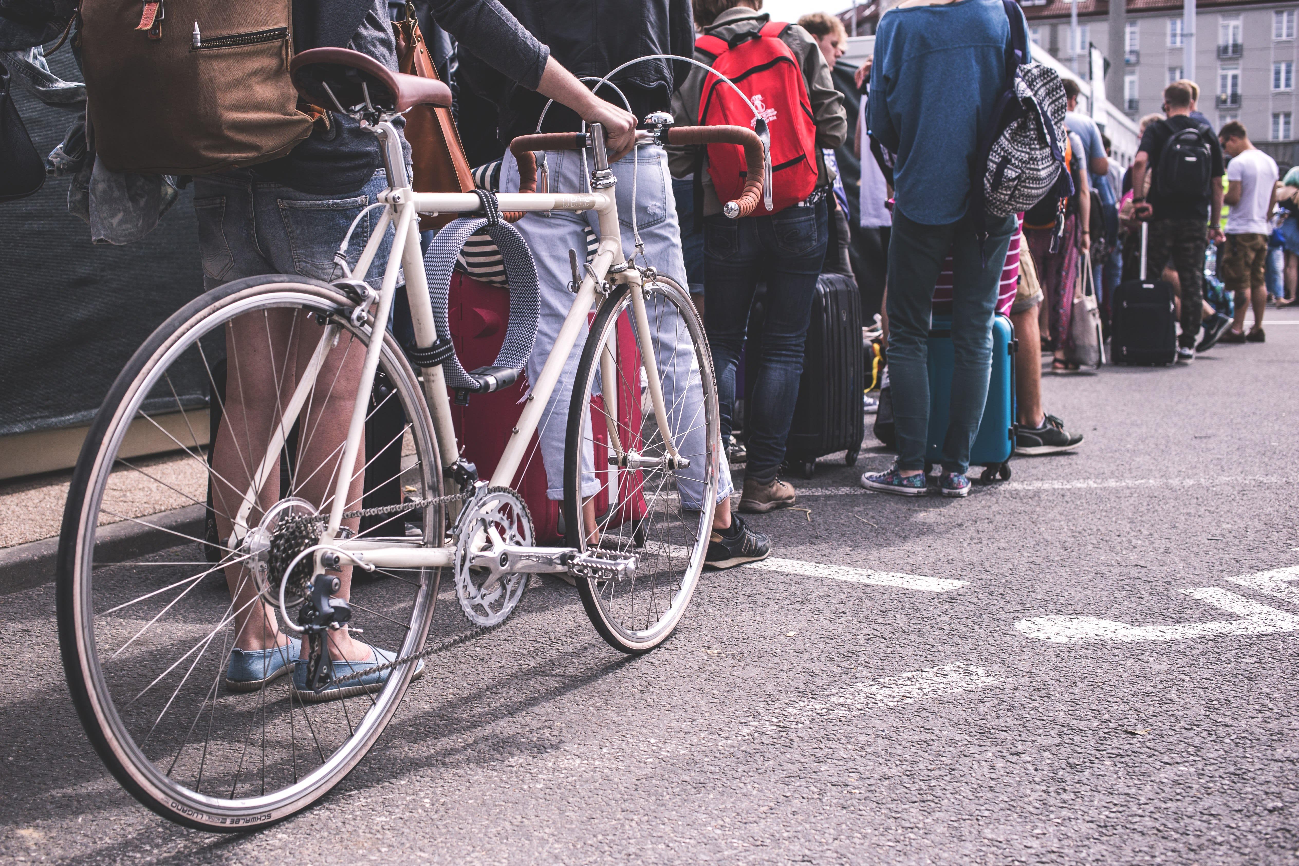 Fila de pessoas na rua