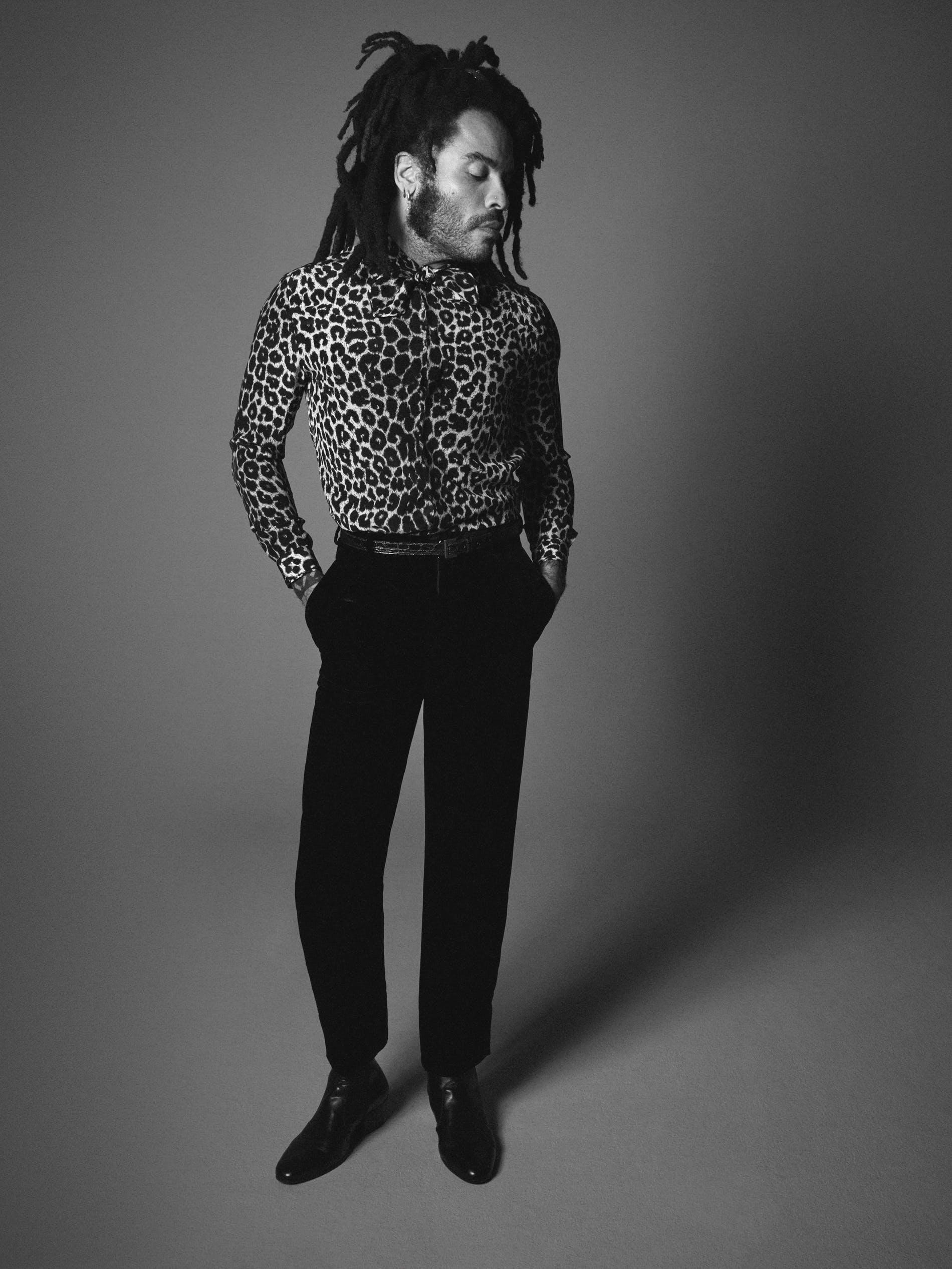 O cantor Lenny Kravitz de pé