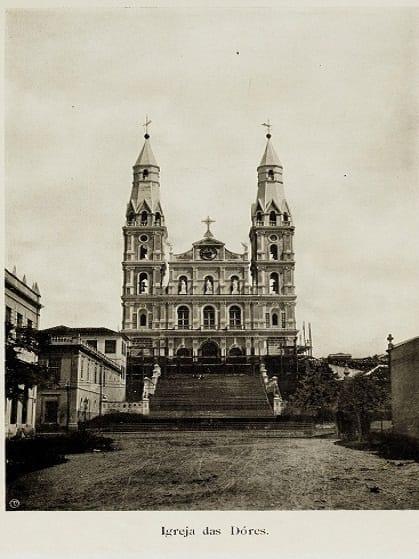 Uma foto antiga da fachada da igreja