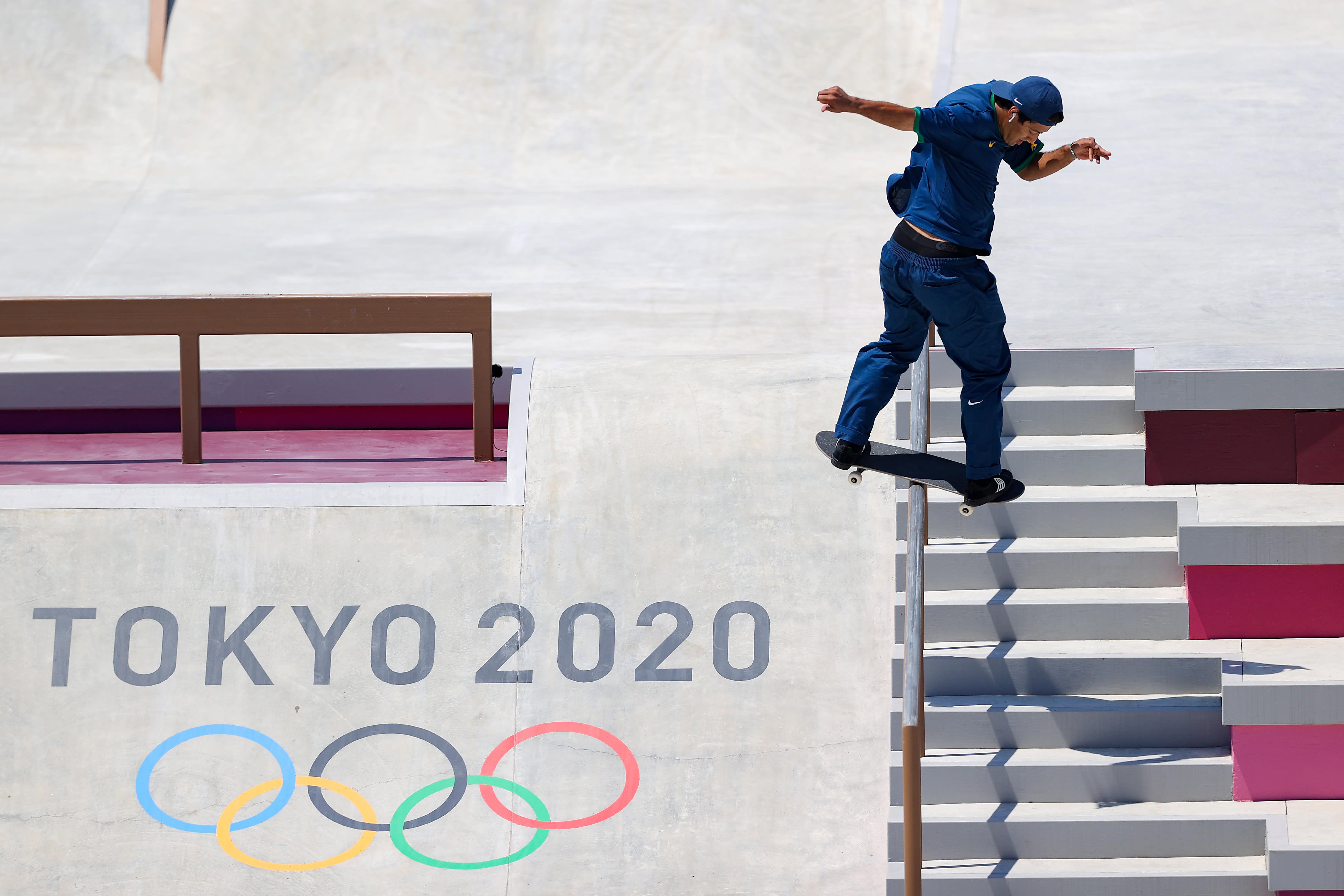 Kelvin descendo um corrimão, de costas, em cima de um skate.