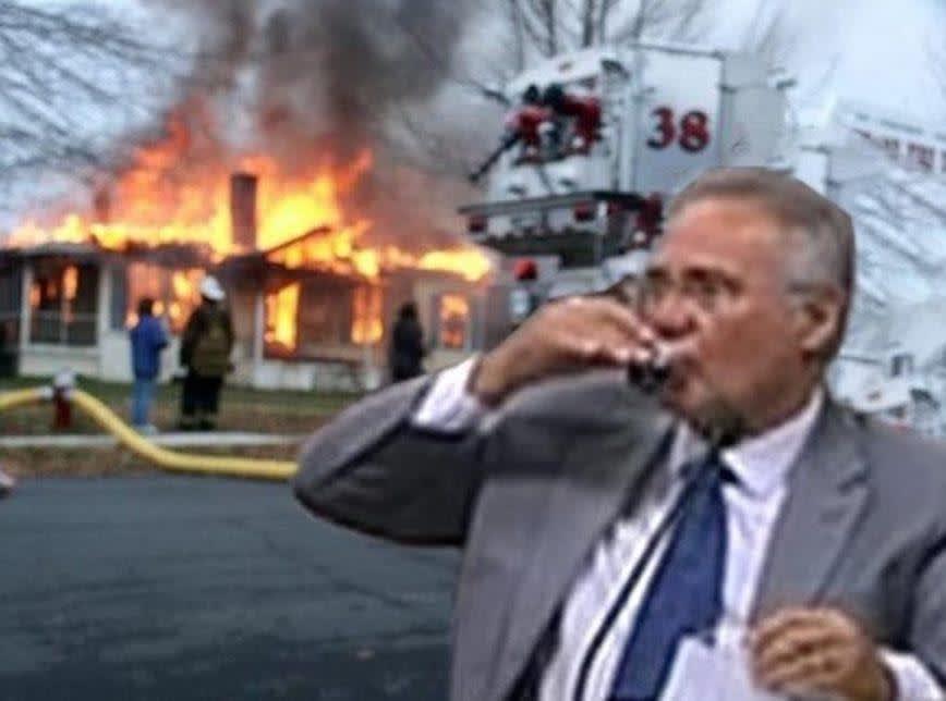 Meme com a foto do Senador Renan Calheiros, relator da CPI da Covid 19 tomando cafezinho enquanto uma casa pega fogo atrás dele