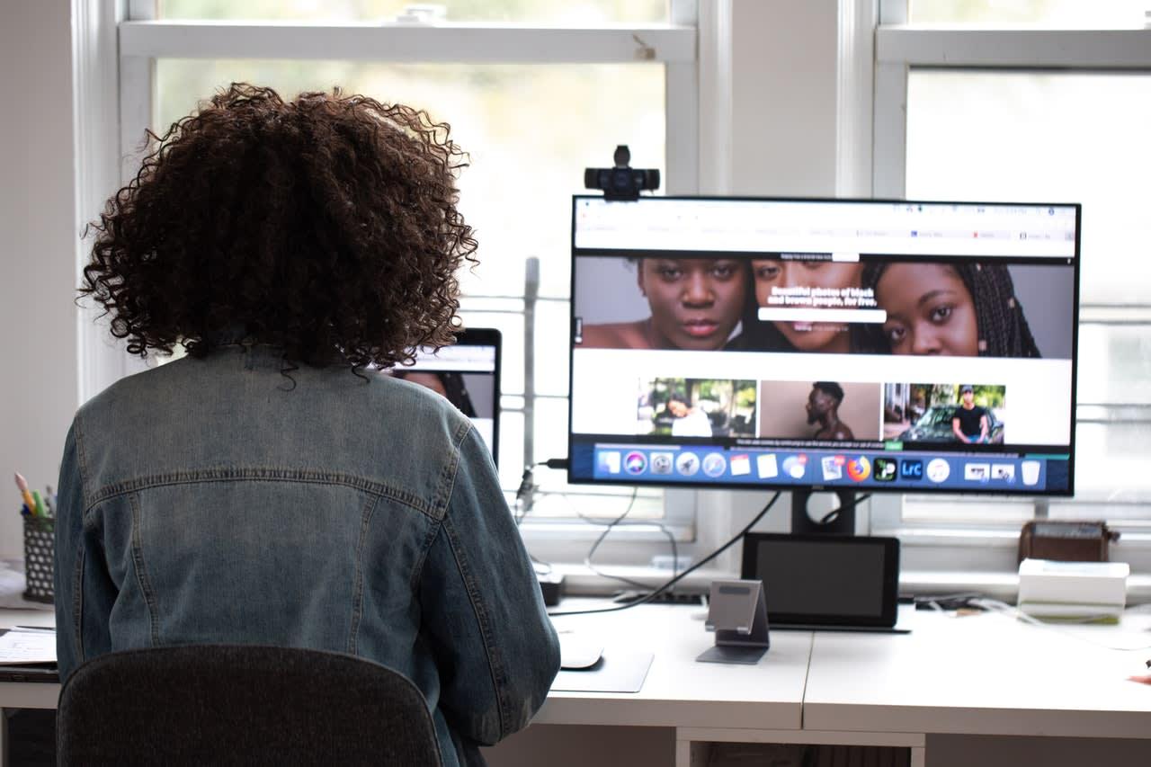 Mulher negra mexendo no computador