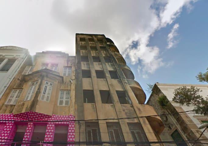 Foto de um sobrado mal cuidado na Rua Nova, no Recife.