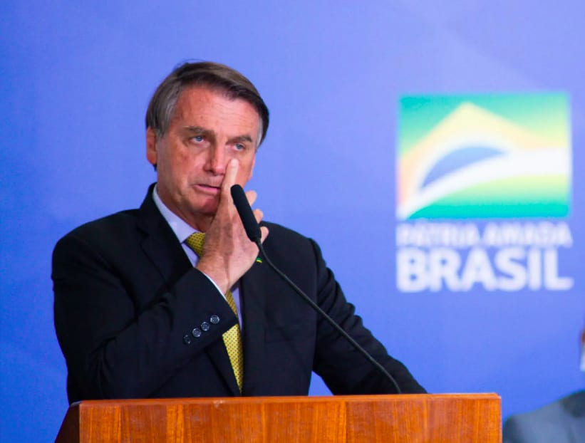 Bolsonaro apontando para o olho.