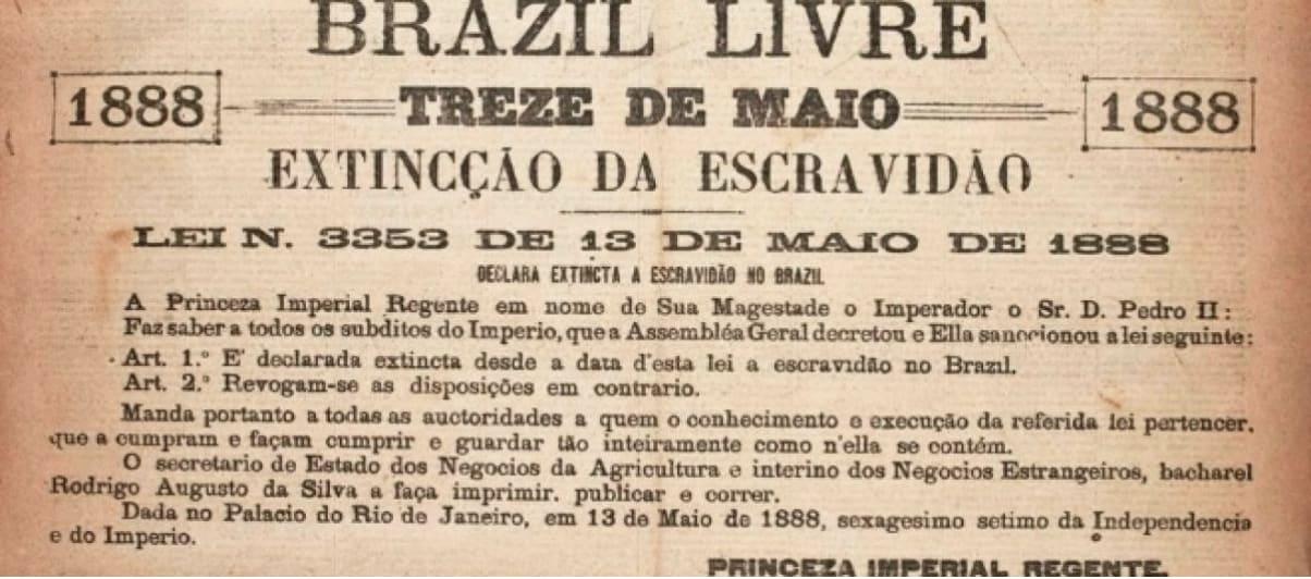 Imagem mostra um jornal de 1888 anunciando a abolição da escravidão no Brasil.