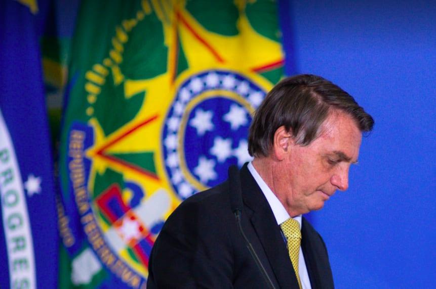 Bolsonaro olhando para o chão.