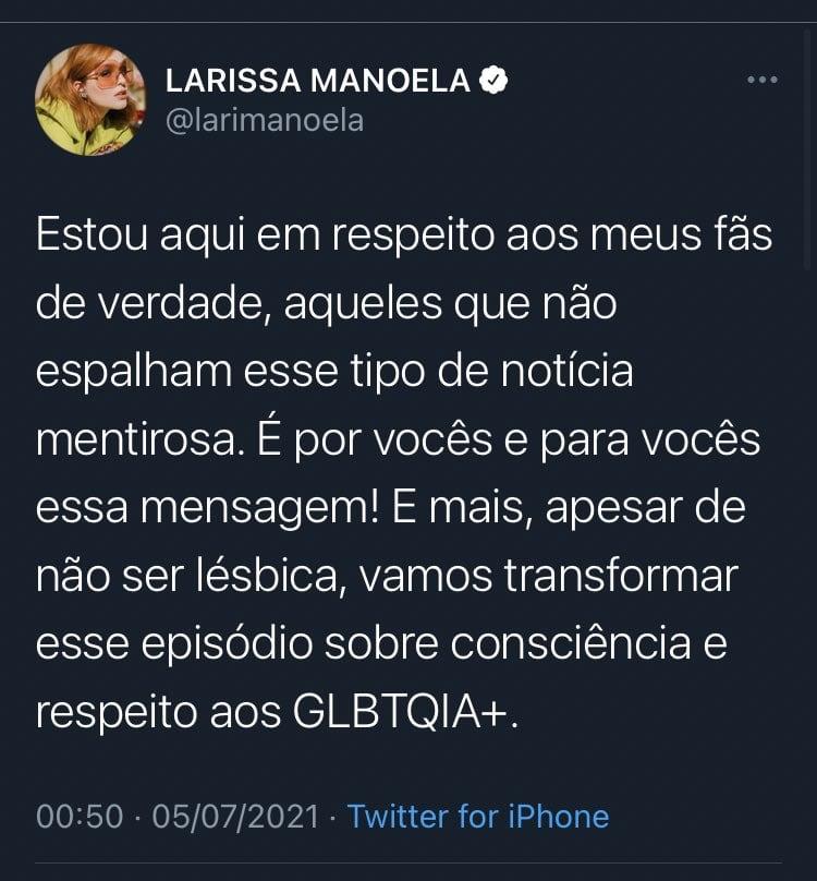 """Tweet de Larissa que diz o seguinte: Estou aqui em respeito aos meus fãs de verdade, aqueles que não espalham esse tipo de notícia mentirosa. É por vocês e para vocês essa mensagem! E mais, apesar de não ser lésbica, vamos transformar esse episódio sobre consciência e respeito aos GLBTQIA+."""""""