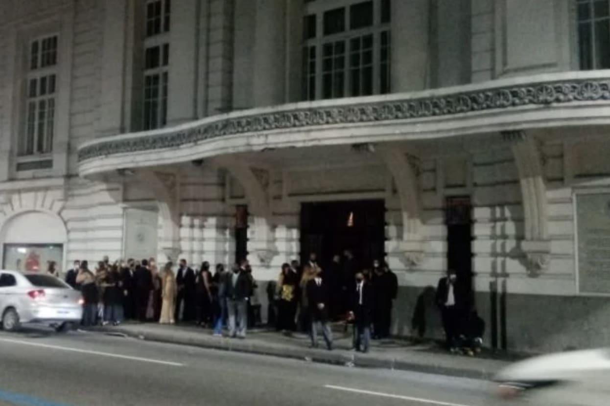 Registro dos convidados da festa se aglomerando na porta do Hotel Copacabana Palace.