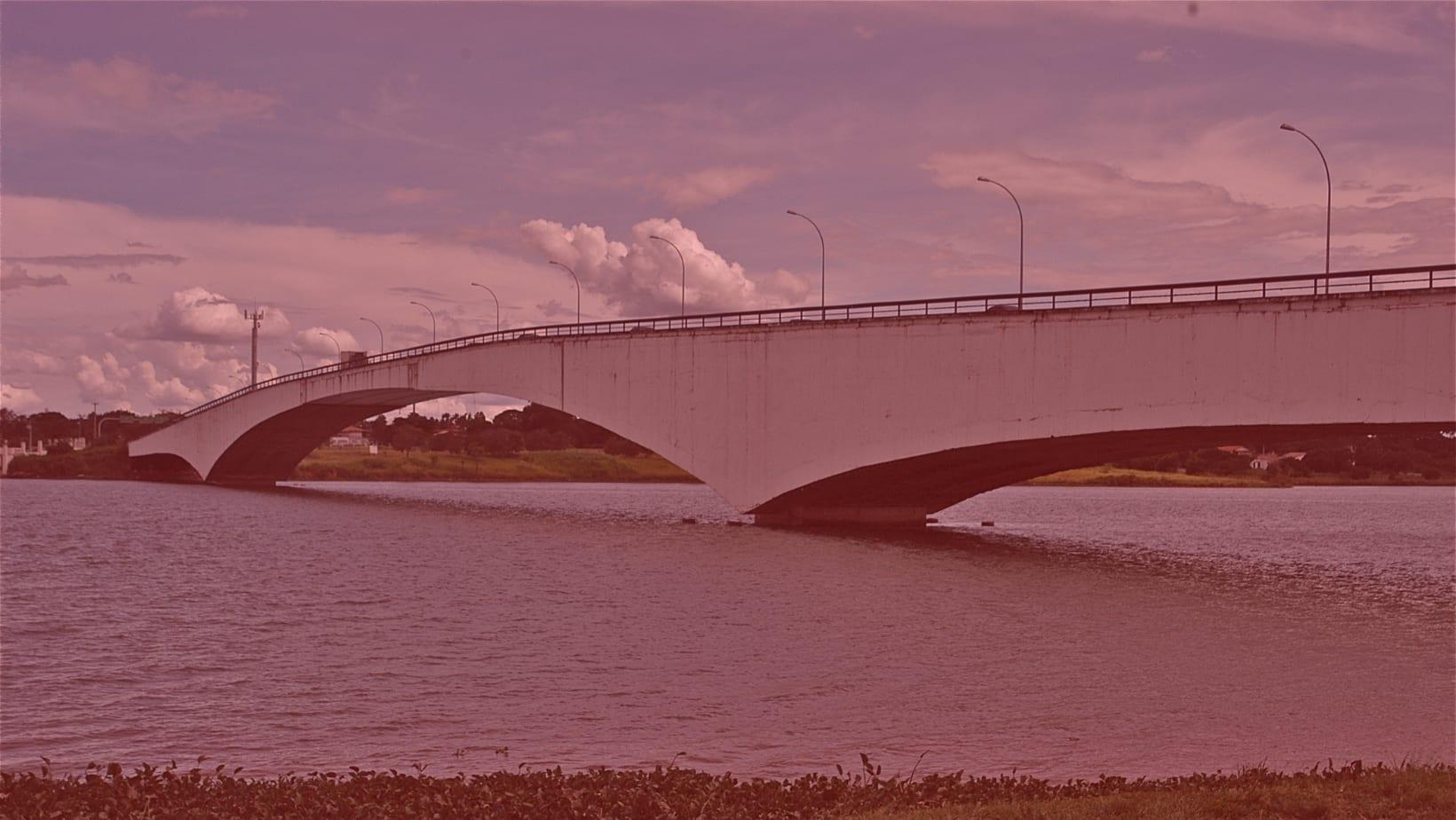 A ponte, com um filtro vermelho.