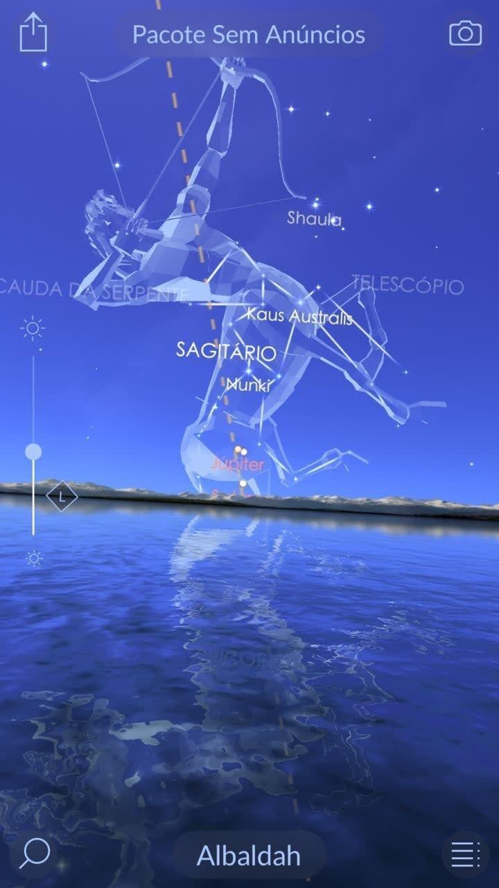 Captura de tela do aplicativo, mostrando a constelação de Sagitário aparecendo ao horizonte, com o desenho de um centauro segurando um arco e flecha sobreposto às estrelas.