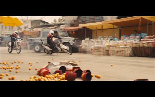 Vilões batendo as motos nas barracas de fruta