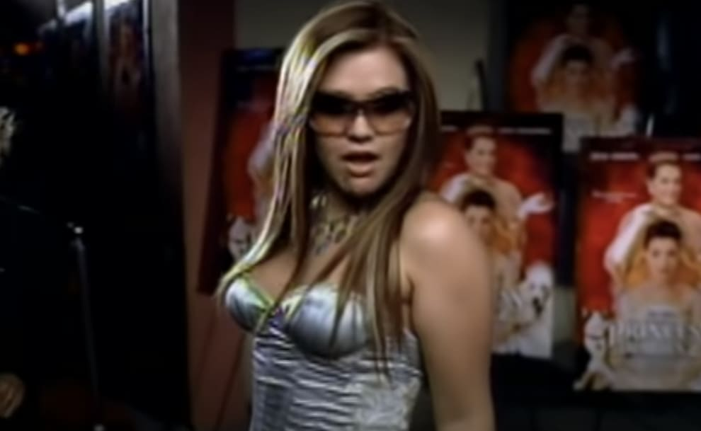 Kelly at a movie premiere in the music video