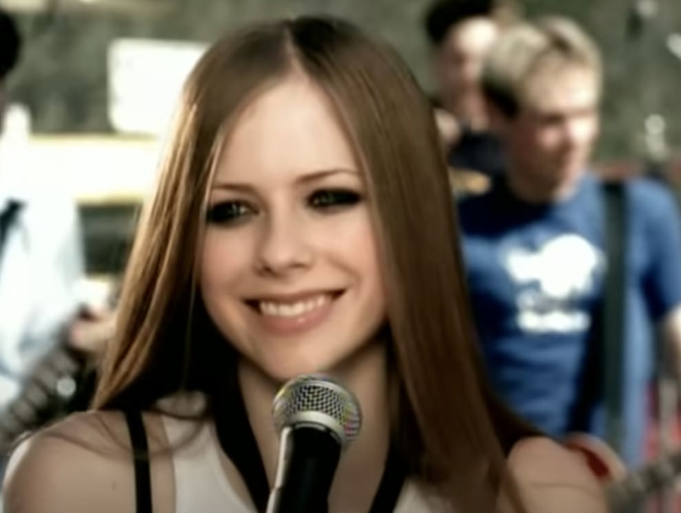 Avril singing onstage in the Complicated music video